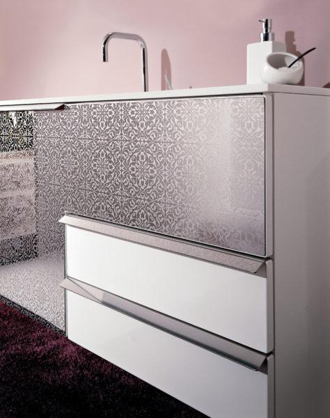 Mobile sospeso per bagno con frontale in acciaio serigrafato | Progetto Bagno