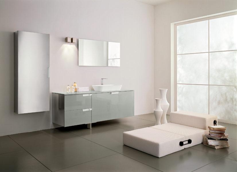 Arredo bagno grigio lucido con lavabo in appoggio e particolari in acciaio inox | Progetto Bagno