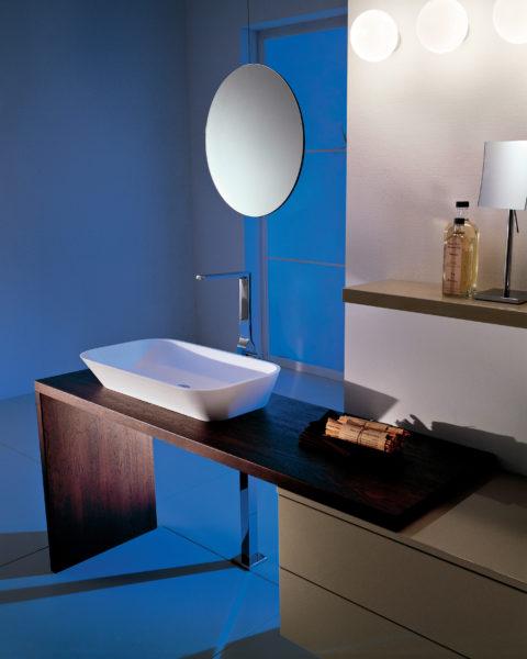 Mobile per bagno elegante con top in legno tinta moka e lavabo da appoggio rettangolare | Progetto Bagno