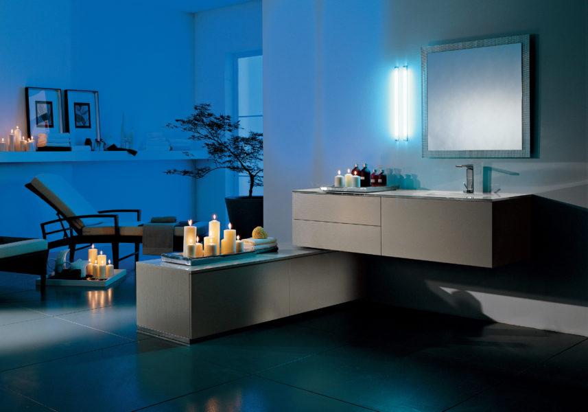 Arredo bagno con top 160 cm lavello integrato e mobili sospesi laccati color sabbia scuro | Progetto Bagno