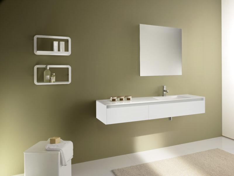 Soluzione di arredo bagno design minimal. Mobile sospeso altezza 24cm, top in Blanco puro lucido | Progetto Bagno