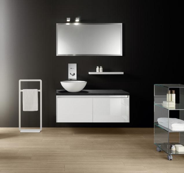 Bagno dal design minimal in rovere sbiancato, Top in Blanco puro da 162 cm | Progetto Bagno
