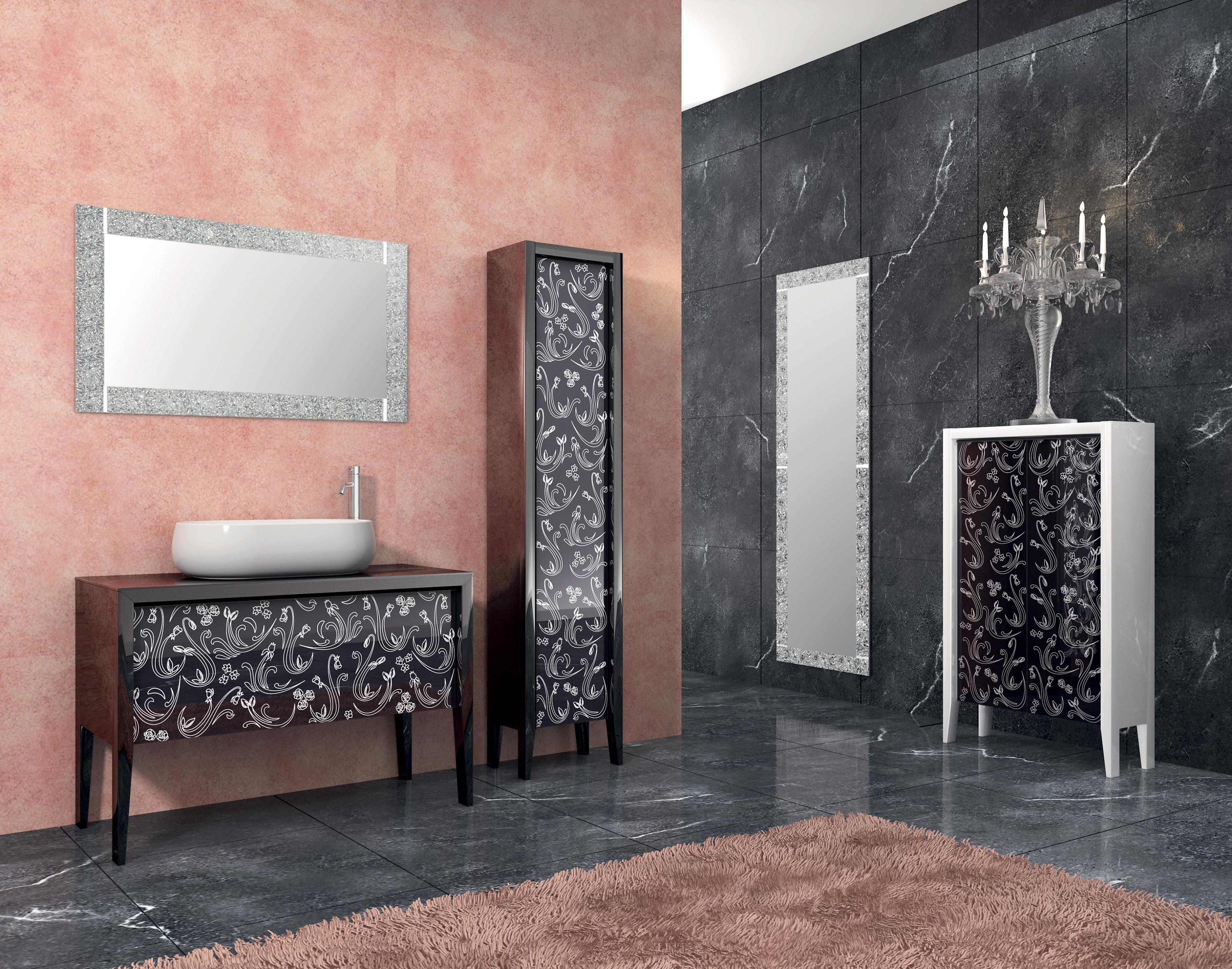 Semplice bagno con pavimento di piastrelle e decori u foto stock