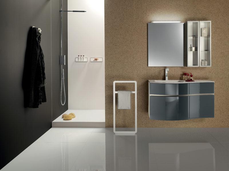 Composizione mobili per bagno design laccatura grigio piombo con top in mineralmarmo | Progetto Bagno